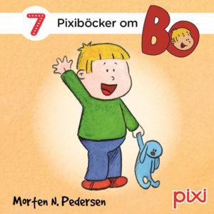 Omslag, Bo pixi box, Bo står med tøykaninen i hånden og vinker