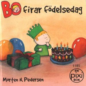 Omslag, Bo firar fodelsedag, Bo smaker på en kake med bursdagskrone på hodet