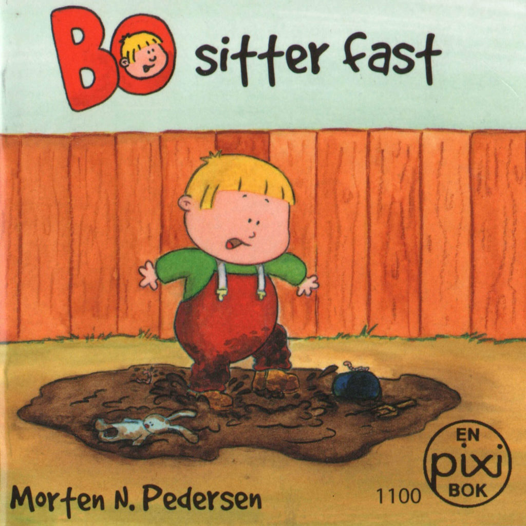 Omslag, Bo sitter fast, Bo står i hagen og tramper i en sølepytt