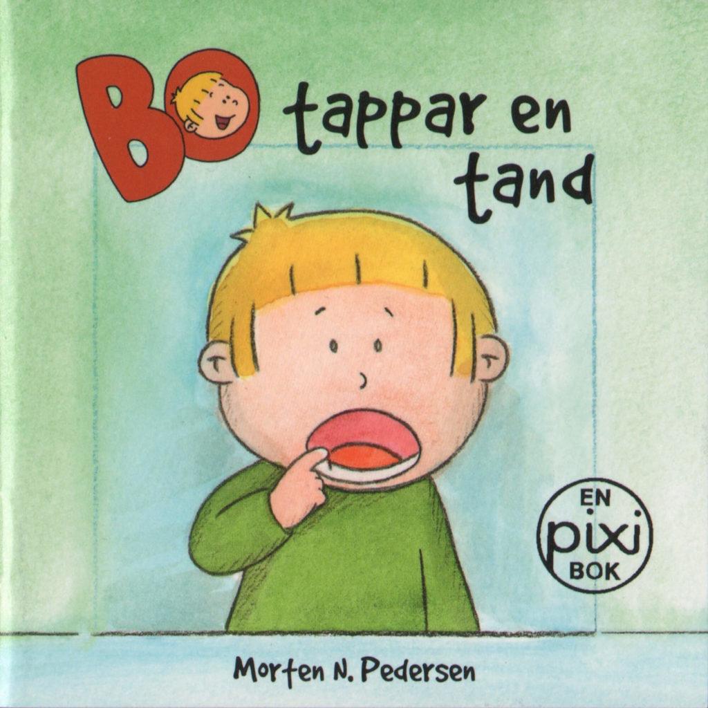 Omslag, Bo tappar en tand, Bo ser seg i speilet og kjenner på en tann som er løs