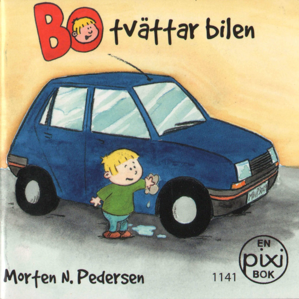 Omslag, Bo tvattar bilen, Bo vasker en bil med en klut