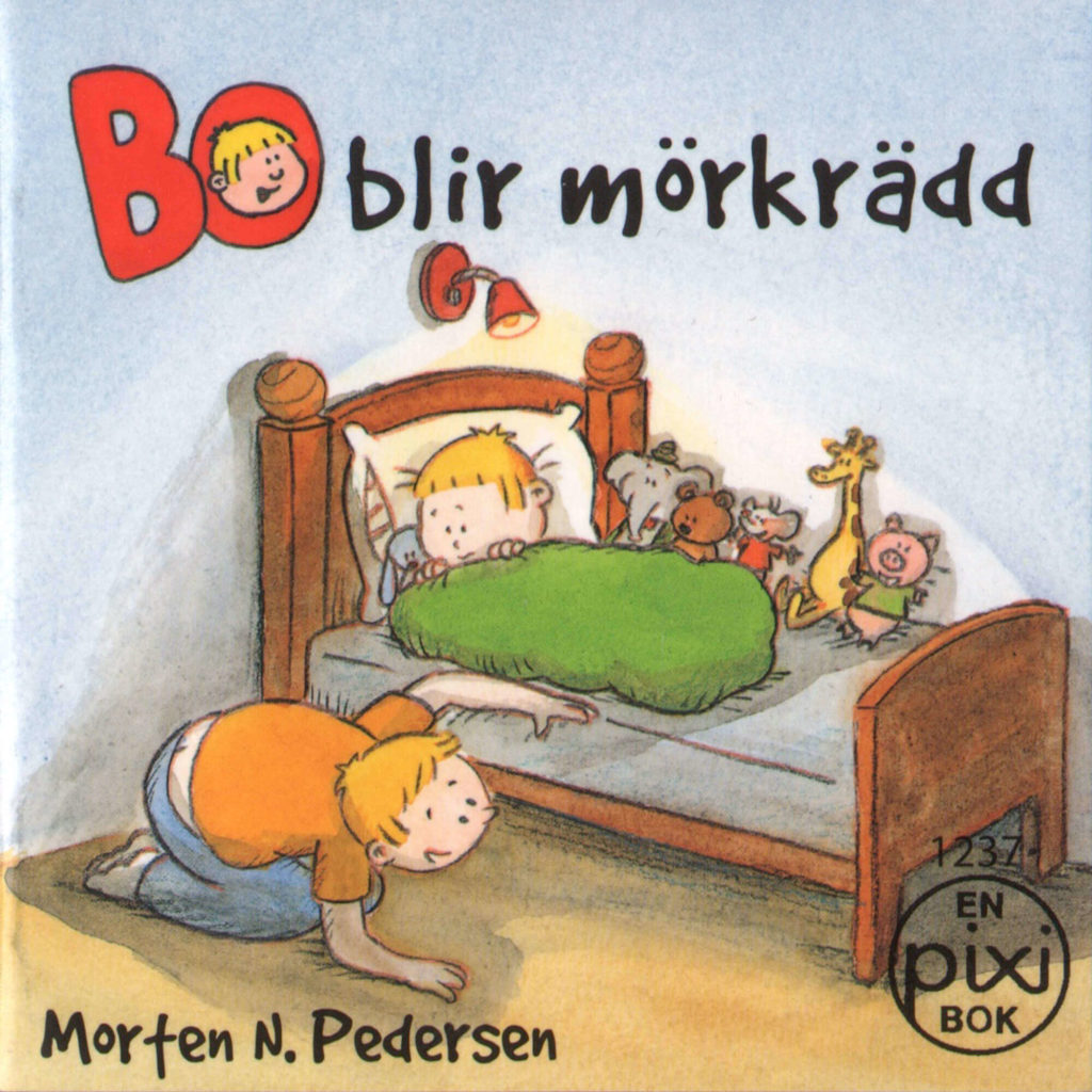 Omslag, Bo blir mörkrädd, Bo ligger i sengen mens pappa ser under sengen etter monstre