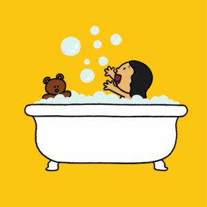 Katja og bamsen sitter i badekaret og leker med såpebobler