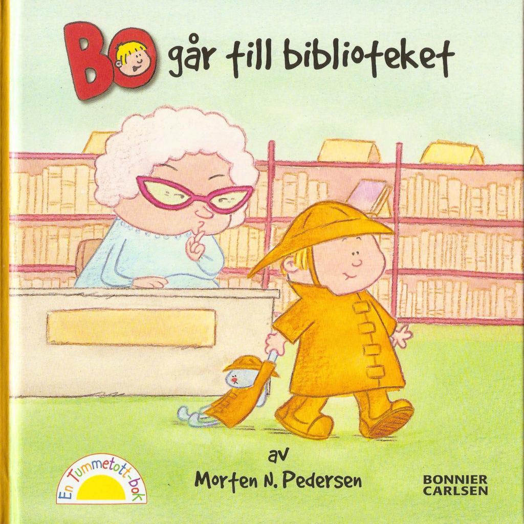 Bo går til biblioteket forside. Bo går med støvler forbi bibliotekaren.