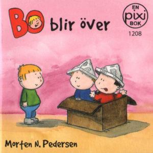 Omslag, Bo blir över, Bo står alene og ser på to gutter leke i en pappeske