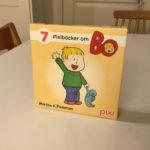Pixibox: Bo, Omslag boxen med vinkende Bo