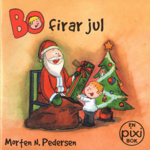 Omslag, Bo firar jul, Bo får en stor gave av nissen foran juletreet