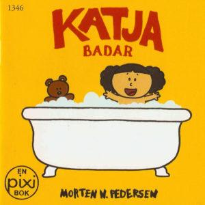 Omslag, Katja badar, Katja sitteri badekaret med kosebamsen sin