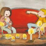 Mamma, pappa og Bo sitter i stua opplyst av stearinlys