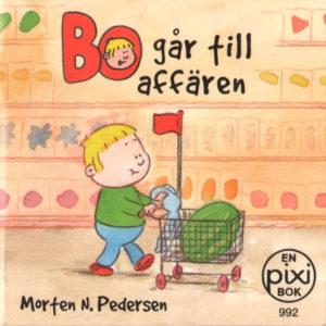 Omslag, Bo gar till affären, Bo triller en handlevogn med tøykaninen sittende oppi